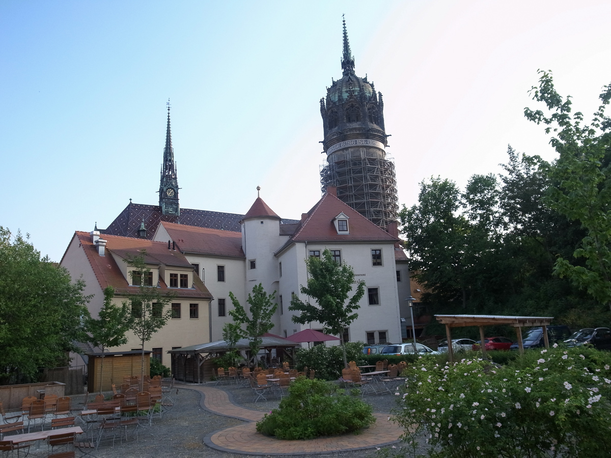 Schlosskirche im Hintergrund