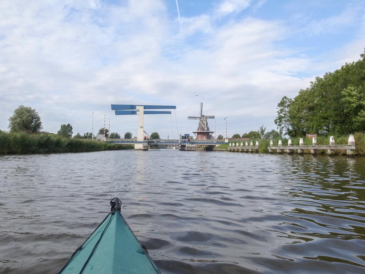 Brücke und Windmühle