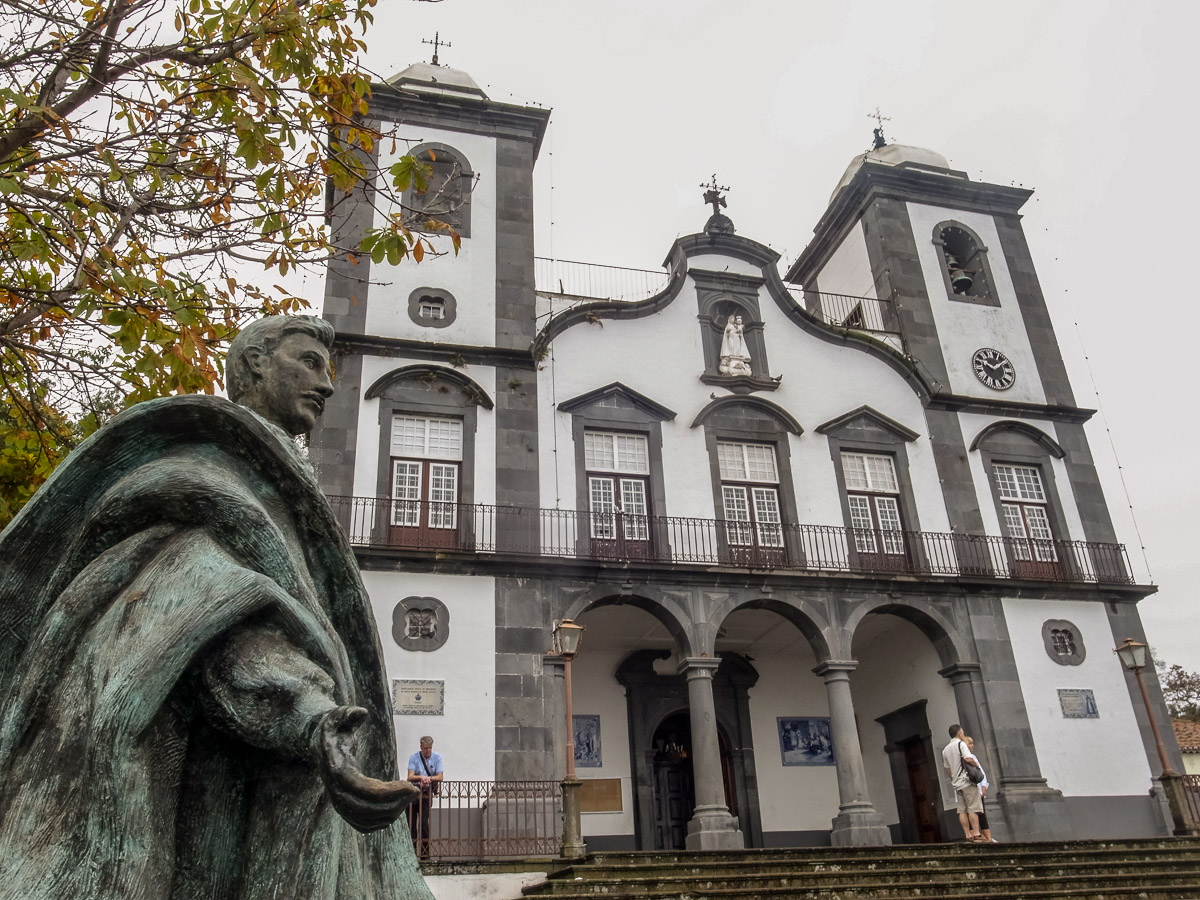 Statue von Kaiser Karl I. vor der Walfahrtskirche Nossa Senhora in Monte