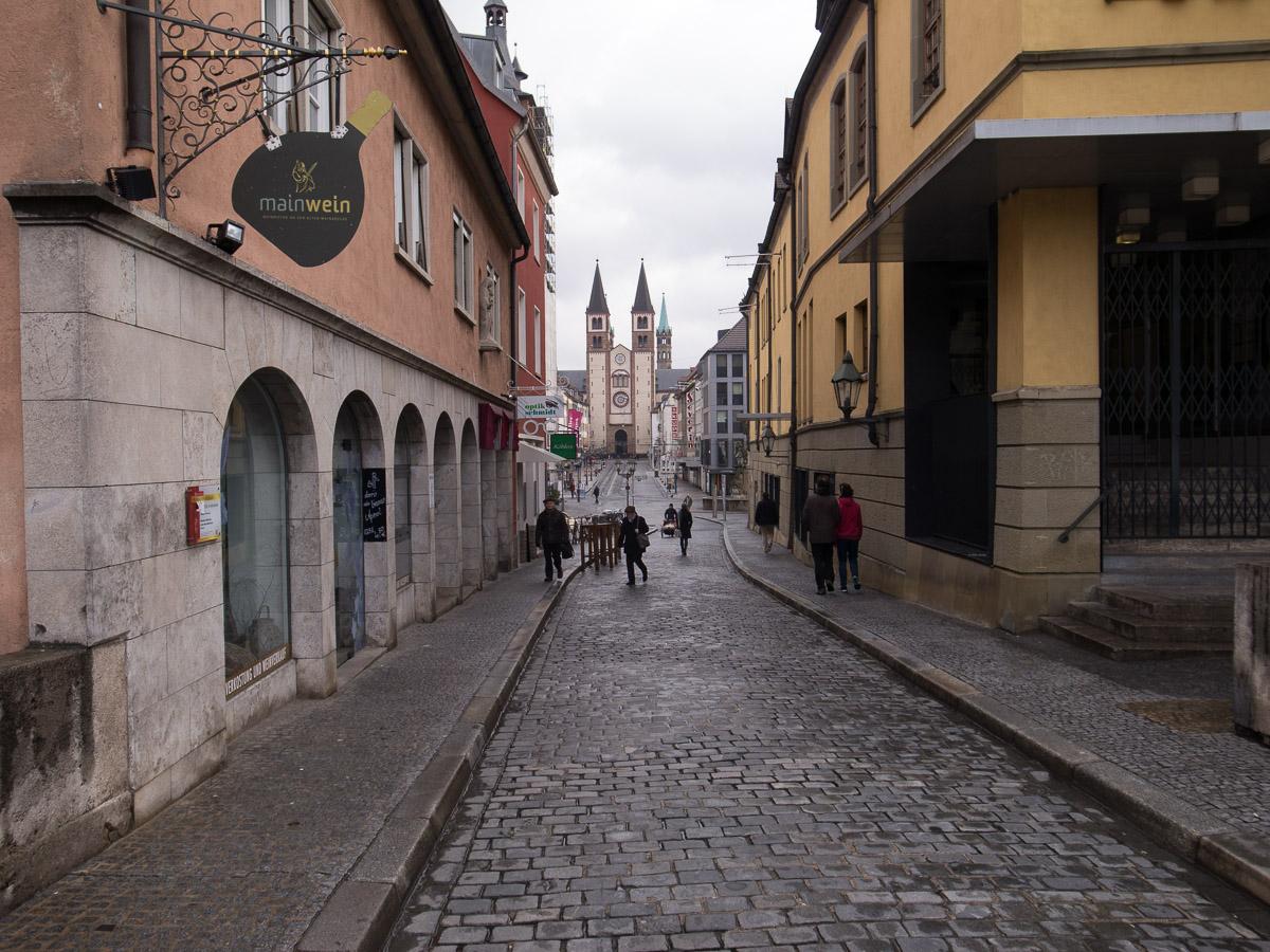 Blick von der alten Mainbrücke auf den St. Kilians Dom