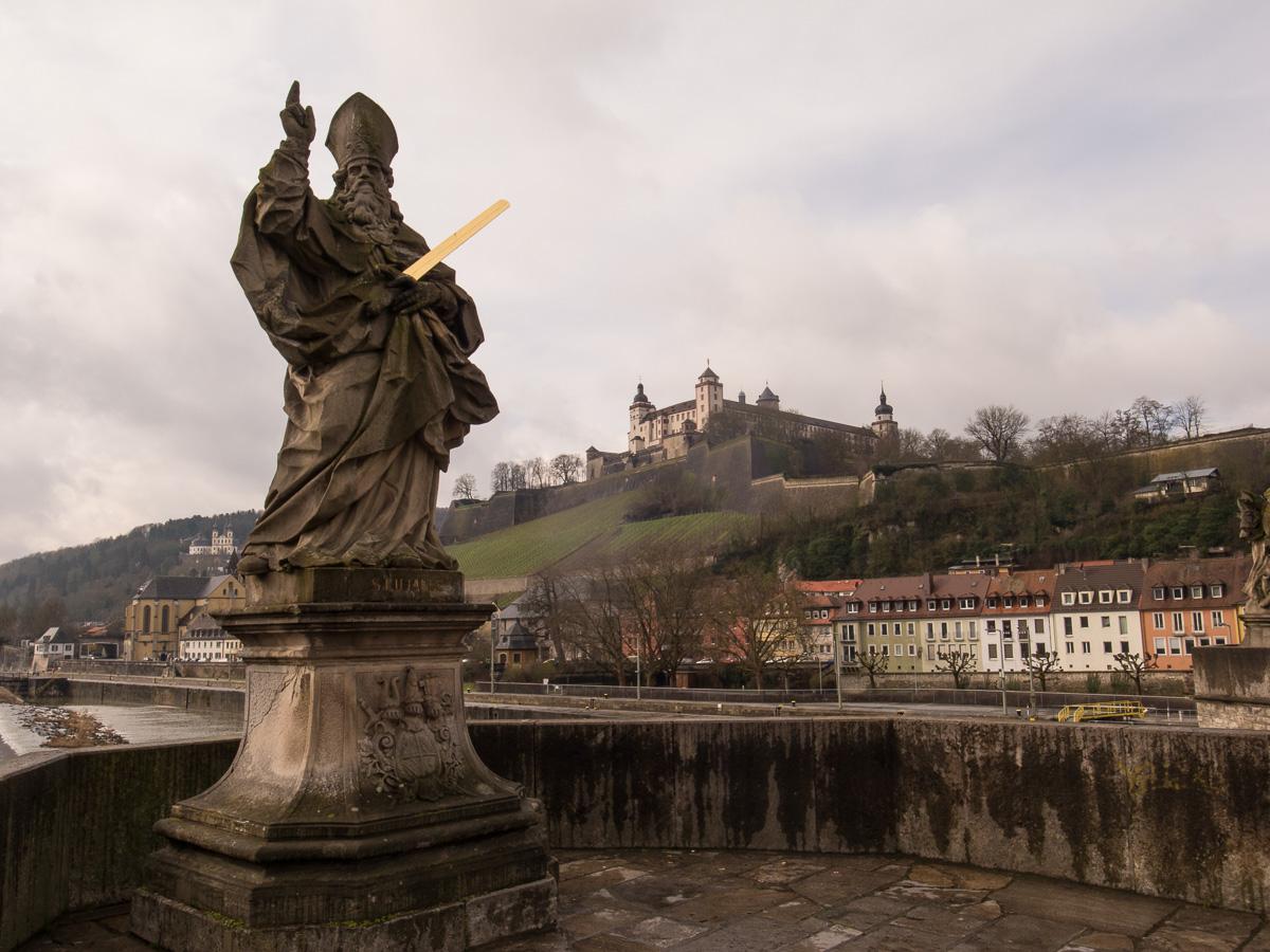 Statue auf alter Mainbrücke