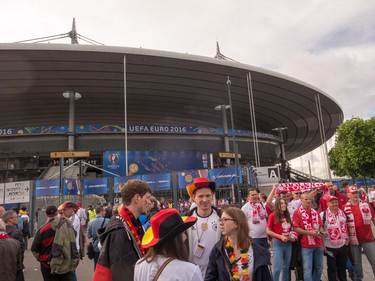 Fans vor dem Stadion