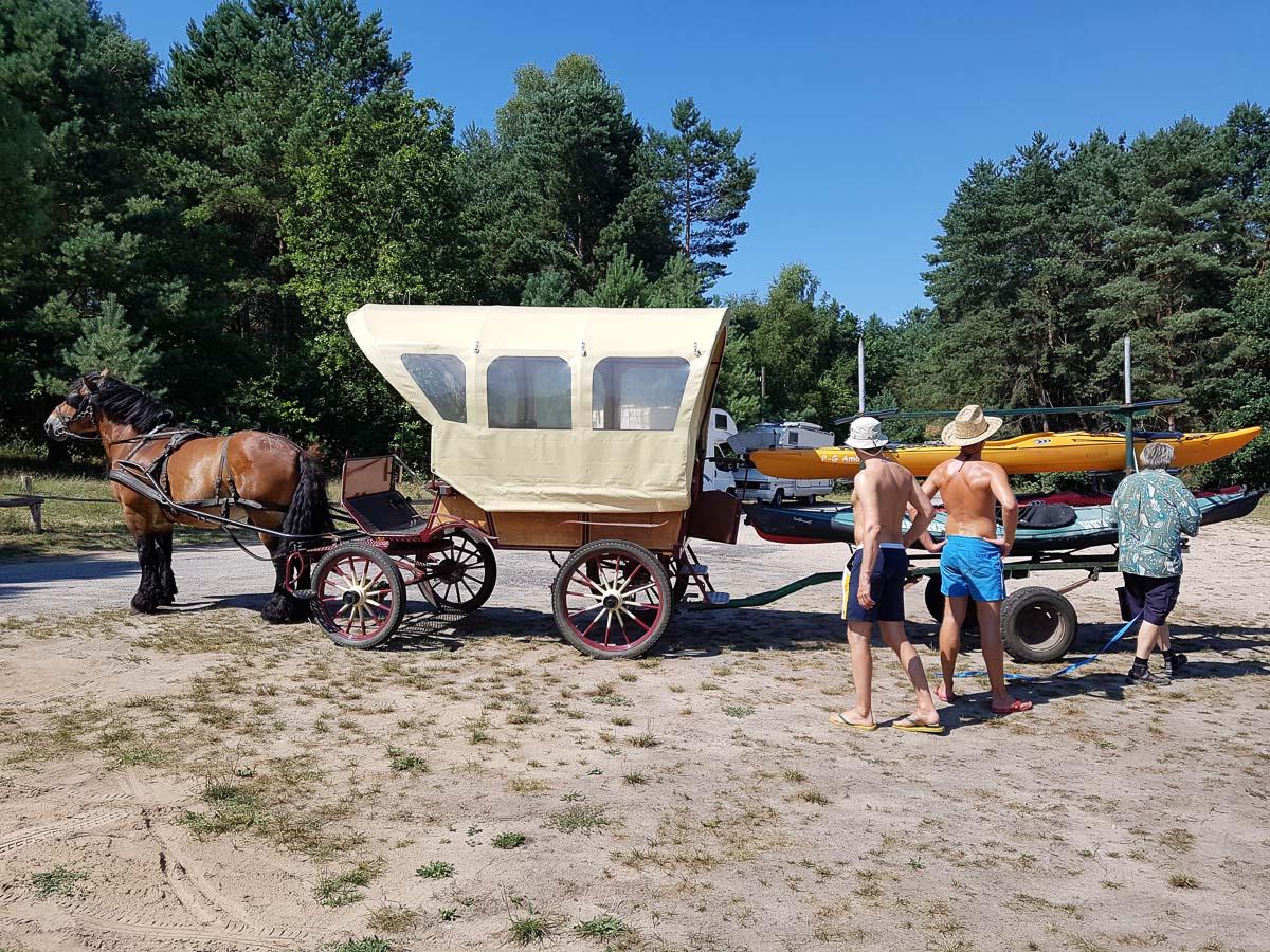Mit der Pferdekutsche zurück zum Leppinsee